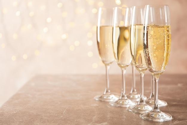 Champagnergläser gegen verschwommenes licht raum, raum für text