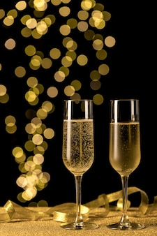 Champagnergläser mit bokeh-lichtern