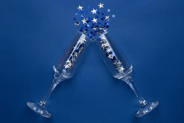 Champagnergläser mit silberblauen sternenkonfetti