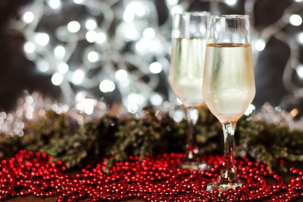 Champagnergläser mit weihnachtslichtern im hintergrund
