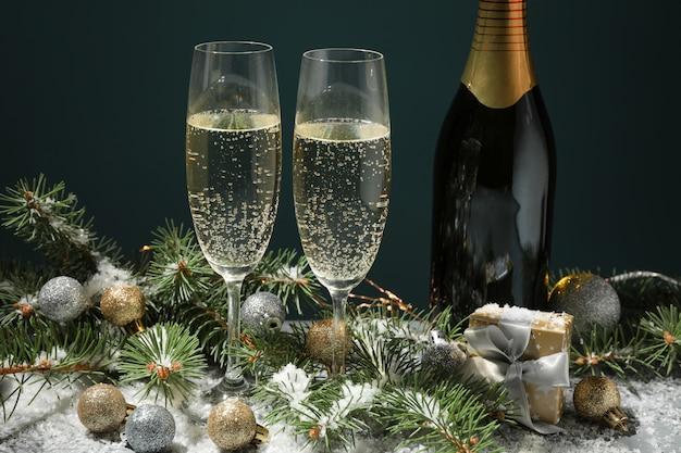 Champagnergläser und flasche auf dekoriertem raum, nahaufnahme
