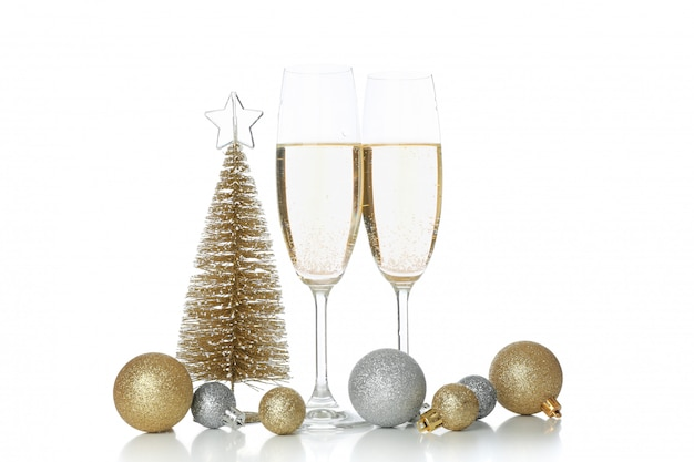Champagnergläser und kugeln isoliert auf weißem raum