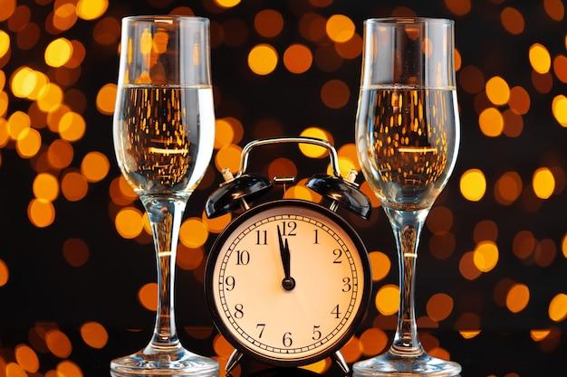 Champagnerglas auf unscharfem girlandenlichthintergrund