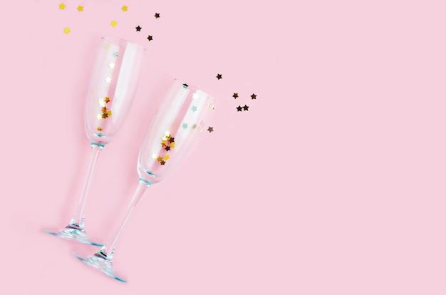 Champagnerglas mit goldenen sternen konfetti