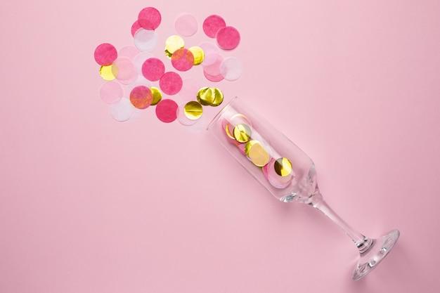 Champagnerglas mit goldenen und rosa konfetti