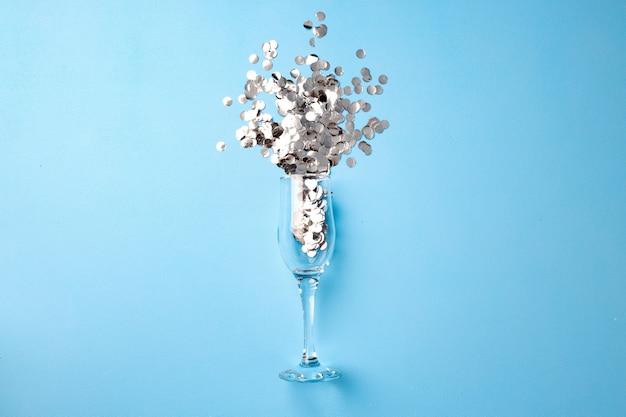 Champagnerglas mit konfetti flach lag draufsicht