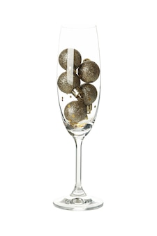 Champagnerglas mit kugeln lokalisiert auf weiß