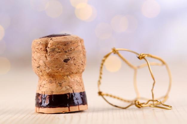 Champagnerkorken auf weihnachtslichthintergrund