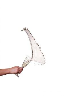 Champagnerspritzer aus glas mit weiblicher hand lokalisiert auf der weißen oberfläche