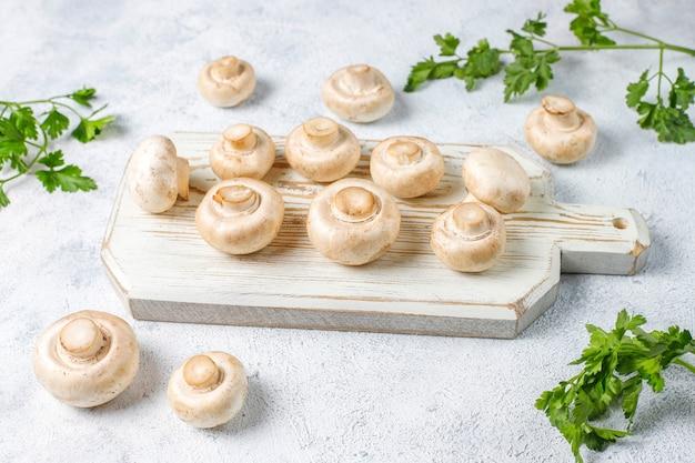 Champignon der frischen organischen weißen pilze, draufsicht