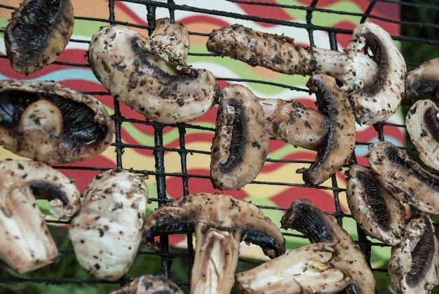 Champignons mit gewürzen auf dem grill