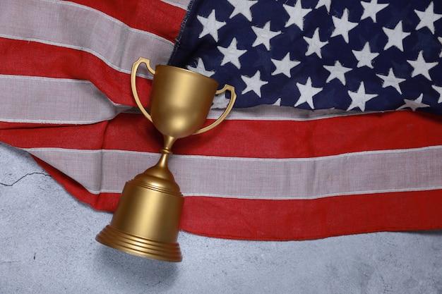 Champion cup mit der amerikanischen flagge begrifflich.