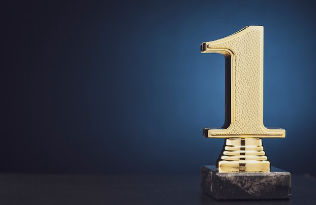 Champion oder gewinner goldtrophäe über blau