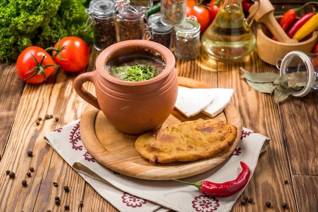 Chanakhi - traditioneller georgischer lammeintopf mit tomaten