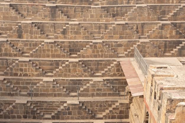 Chand baori stepwell im dorf abhaneri in der nähe von jaipur indien gelegen.