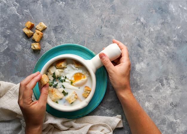 Changua - kolumbianische eier- und milchsuppe, typische suppe zum frühstück in bogota