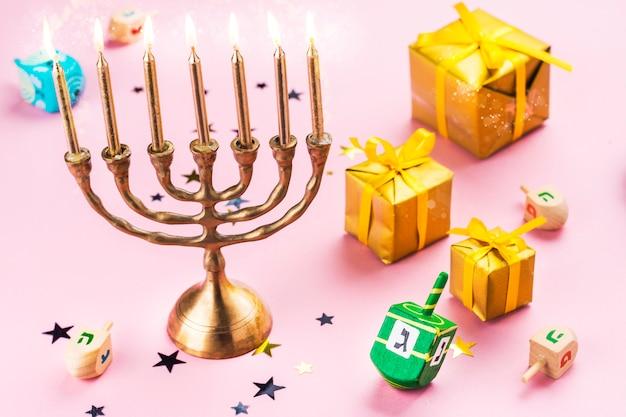 Chanukah-elemente auf rosa