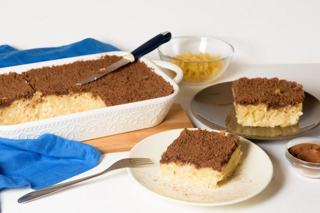 Chanukka-feiertag, traditioneller süßer kugelkuchen mit nudeln und vanillesoße