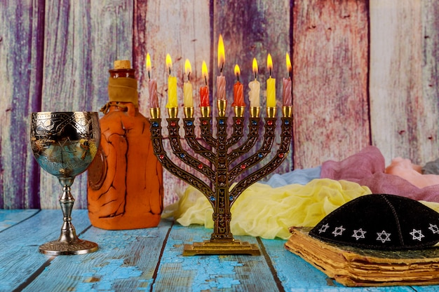 Chanukka menora mit brennenden kerzen