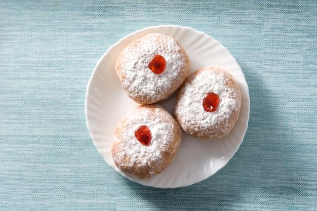 Chanukka-sufganiyot, traditionelle jüdische donuts für chanukka. ansicht von oben