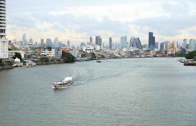 Chao phraya-fluss und flussseitenansicht