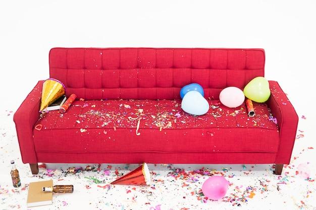 Chaos auf dem roten sofa nach party des neuen jahres