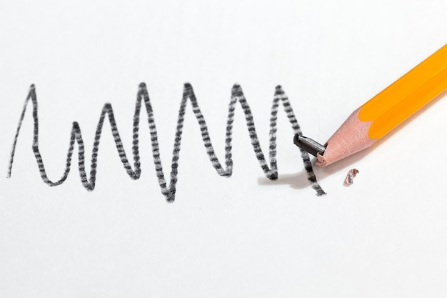 Chaotische zeichnung in grauem bleistift auf gewöhnlichem papier von schlechter qualität, nahaufnahme
