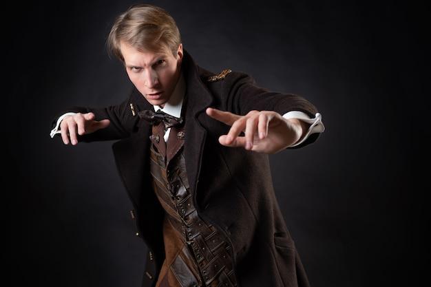 Charakter der steampunk-geschichte ein junger attraktiver mann in einem eleganten langen mantel