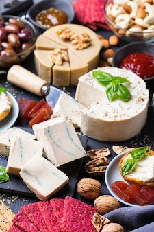 Charcuterie-teller serviert mit fermentiertem bio-rohkäse aus cashewnüssen mit snacks, früchten. veganes, vegetarisches, pflanzliches essen, ernährung und diät, konzept für gesunde ernährung.