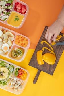 Chargenkocharrangement mit draufsicht und gesundem essen