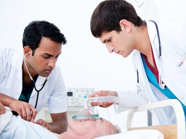 Charismatische ärzte, die einen patienten wiederbeleben