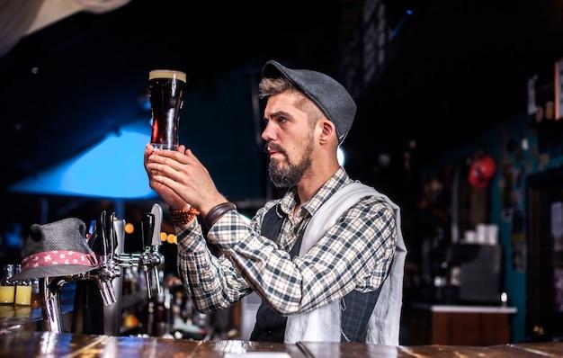 Charismatischer barmann demonstriert seine fähigkeiten über den ladentisch an der bar