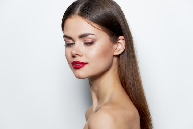 Charmante frau blick nach unten nackte schultern seitenansicht rote lippen