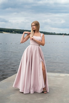 Charmante frau der fantasie im eleganten ping-abendkleid, das sich in der nähe des sees, sommerzeit, entspannt