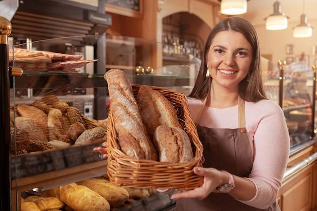 Charmante frau, die an ihrer bäckerei arbeitet