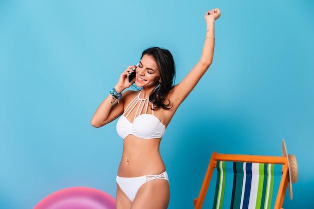 Charmante frau im bikini winkt hand