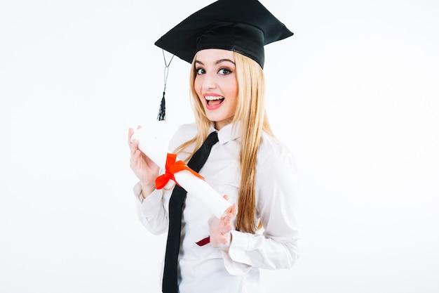 Charmante frau in diplom-cap mit diplom