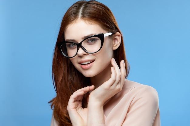 Charmante frau mit brille mode elegante stil attraktivität blau