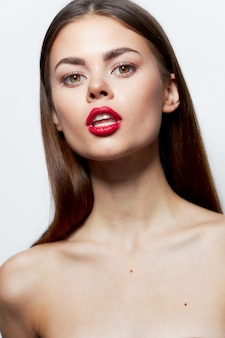 Charmante frau nackte schultern attraktiven blick rote lippen öffnen mund klare haut