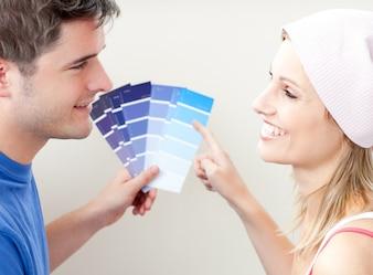 Charmante Paare, die Farbe für einen Raum wählen