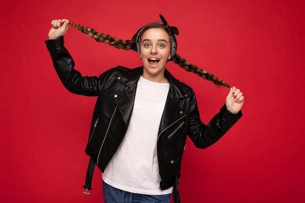 Charmante positive erstaunliche brünette kleine weibliche teenager mit zöpfen tragen stilvoll