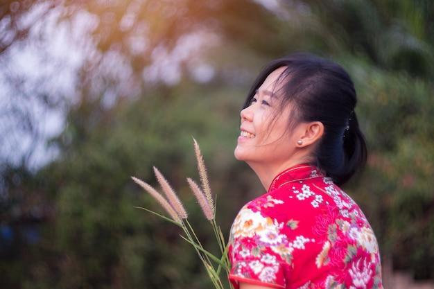 Charmante schöne asiatische frau stehend und lächelnd
