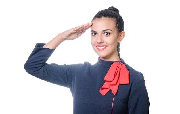 Charmante stewardess in blauer und roter uniform auf weißem hintergrund