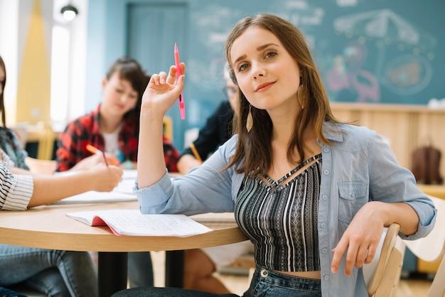 Charmante studentin im klassenzimmer