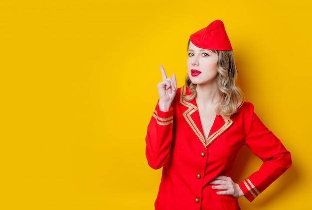 Charmante vintage stewardess in roter uniform