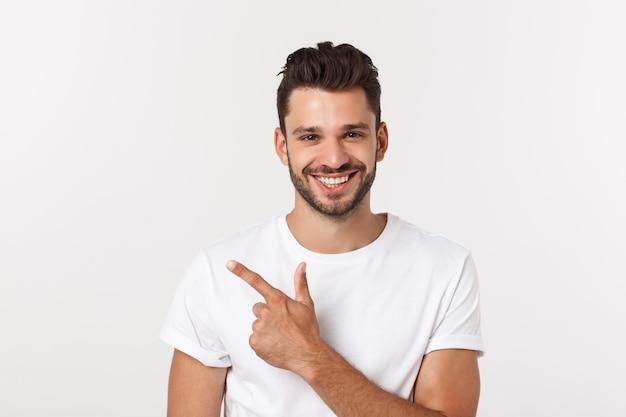 Charmanter hübscher hübscher junger mann in der freizeitkleidung beim stehen isoliert