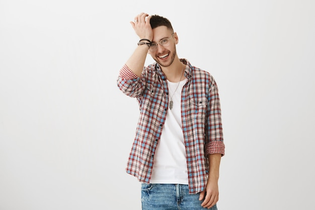 Charmanter junger mann posiert