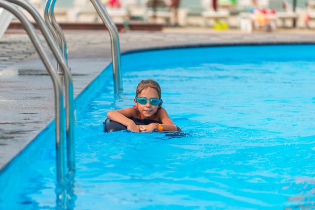 Charmantes kleines mädchen in schwimmbrille