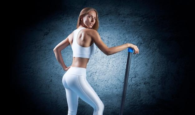 Charmantes mädchen posiert mit einem bodybar