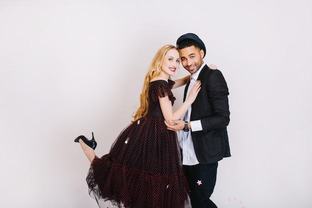 Charmantes paar in liebe umarmen. luxus abendkleidung, party feiern, spaß haben, attraktive junge frau mit langen blonden haaren, liebhaber, zusammen.